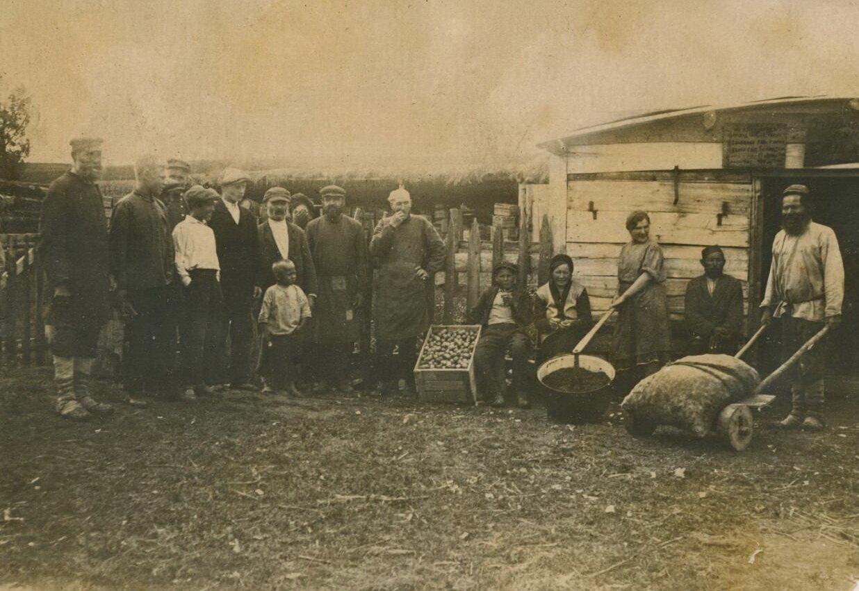 Жители деревни Кувыково фотографировались 4 ноября 1935 года.