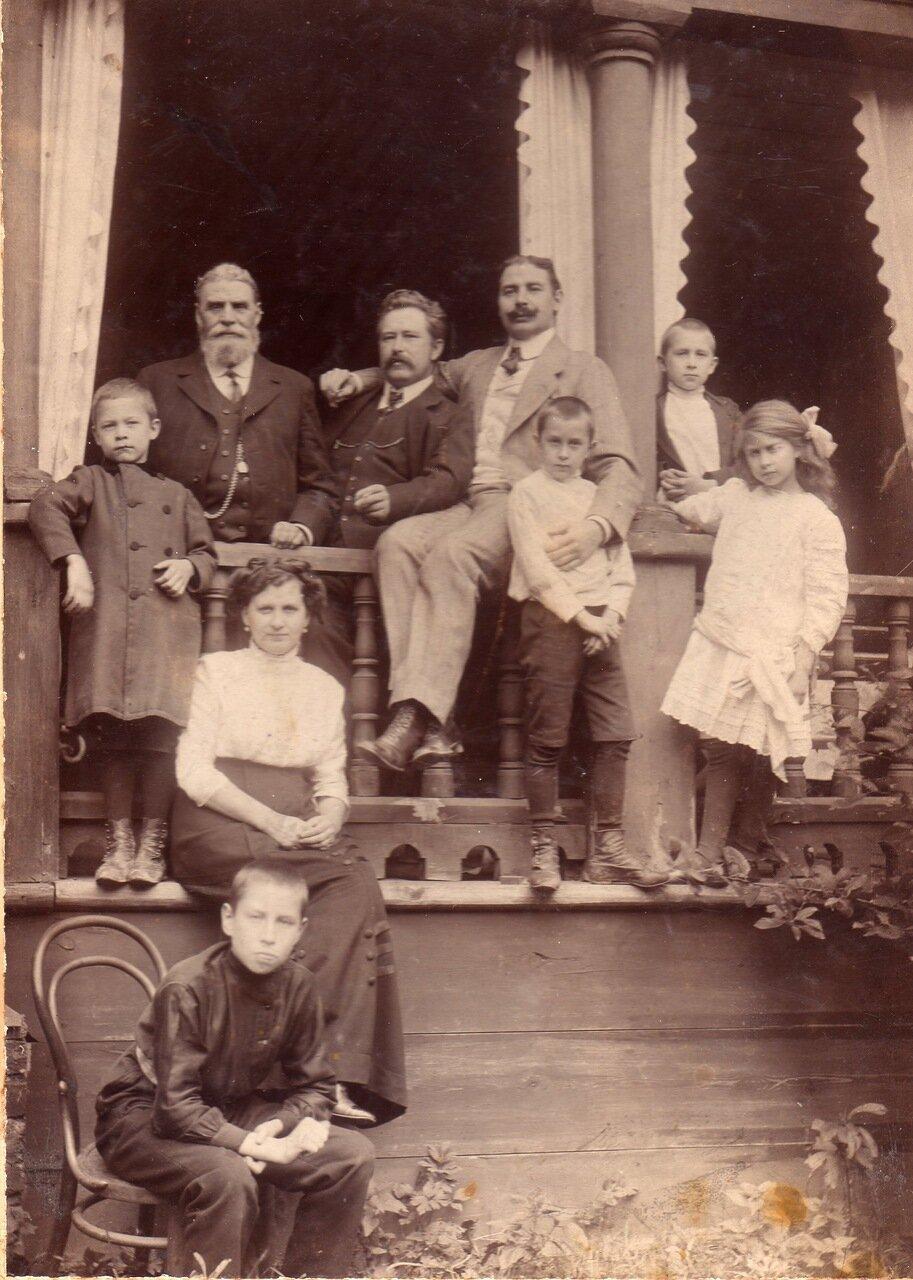 1909. Семья Воробьевых на даче (с друзьями)
