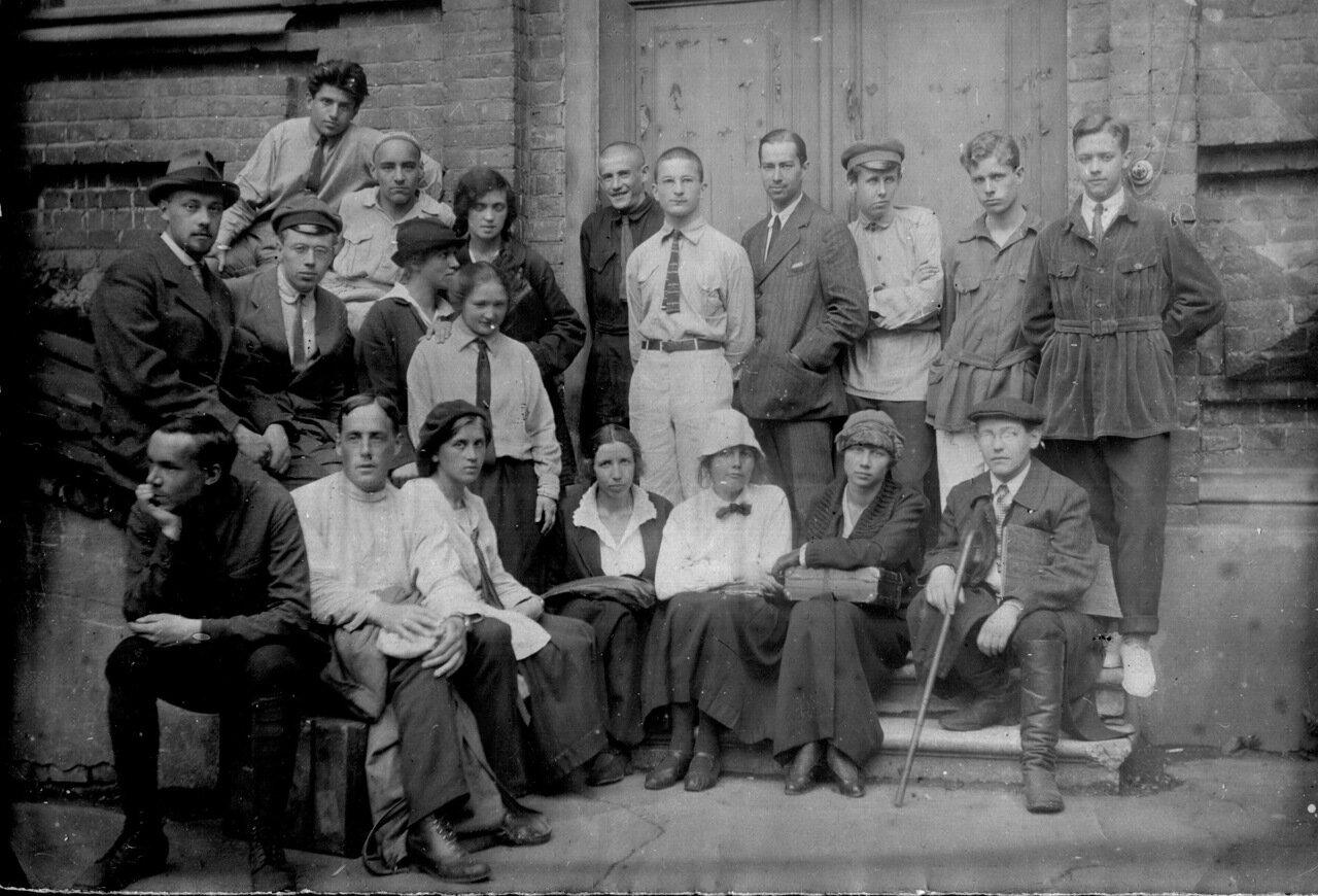 Студенты-зоологи из первых полноценных выпусков МГУ после революции и гражданской войны. Фотография сделана во дворе Зоологического музея МГУ в мае 1925 г.