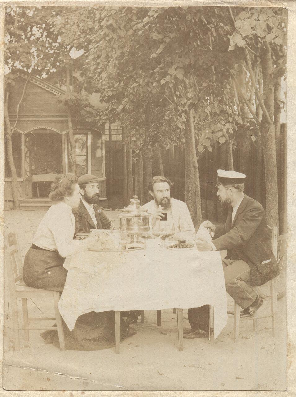 1901. Рубашкины за самоваром во дворе