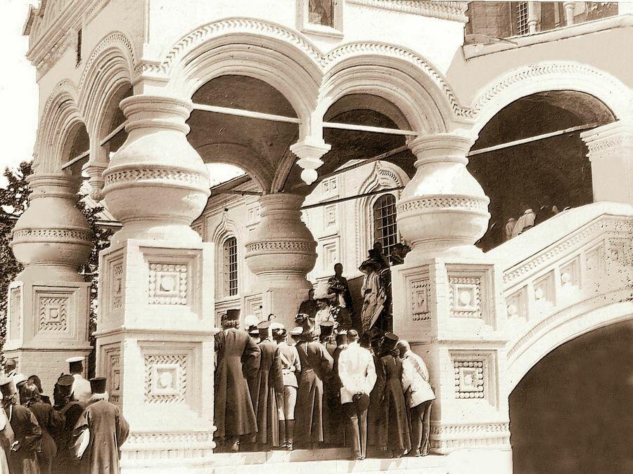 Императорская семья возвращается из Троицкого собора