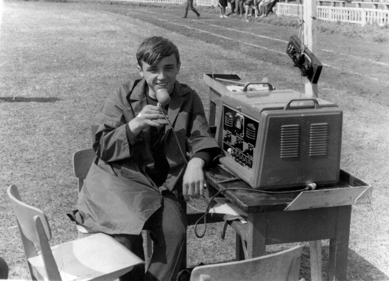 Радиокомментатор школьных соревнований.