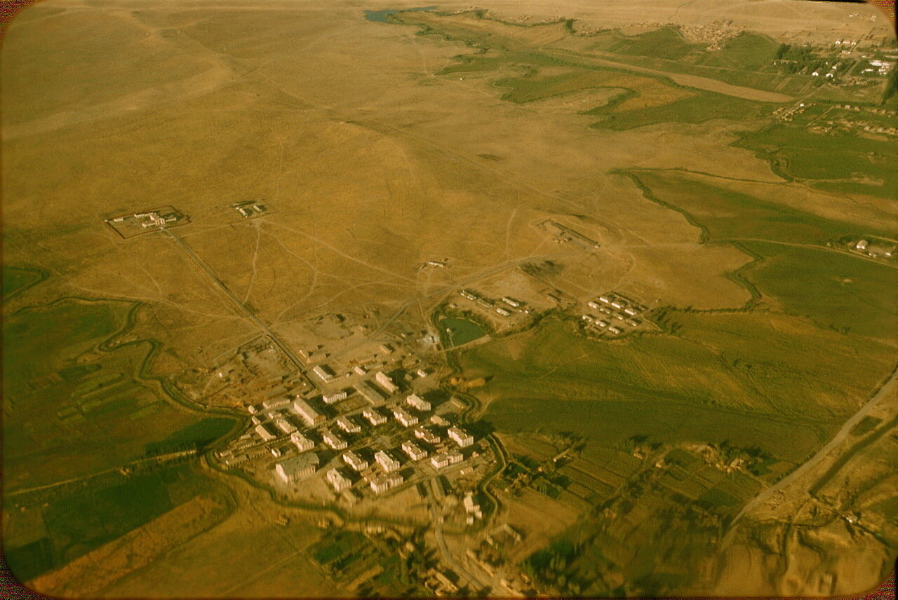 32. На краю пустыни (концентрационный лагерь?)