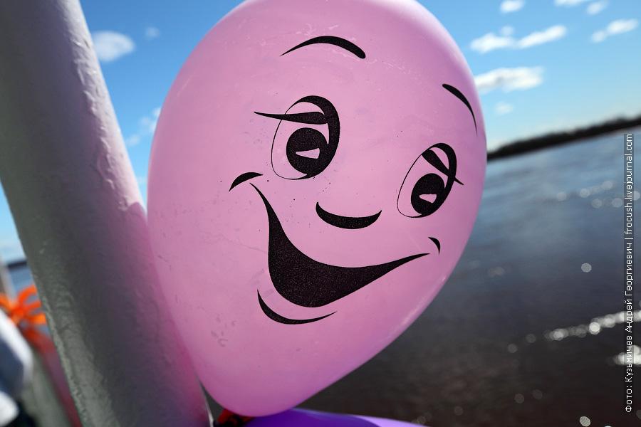 Сегодня День Победы. Теплоход «Василий Чапаев» еще с вечера прошлого дня украшен надувными шариками