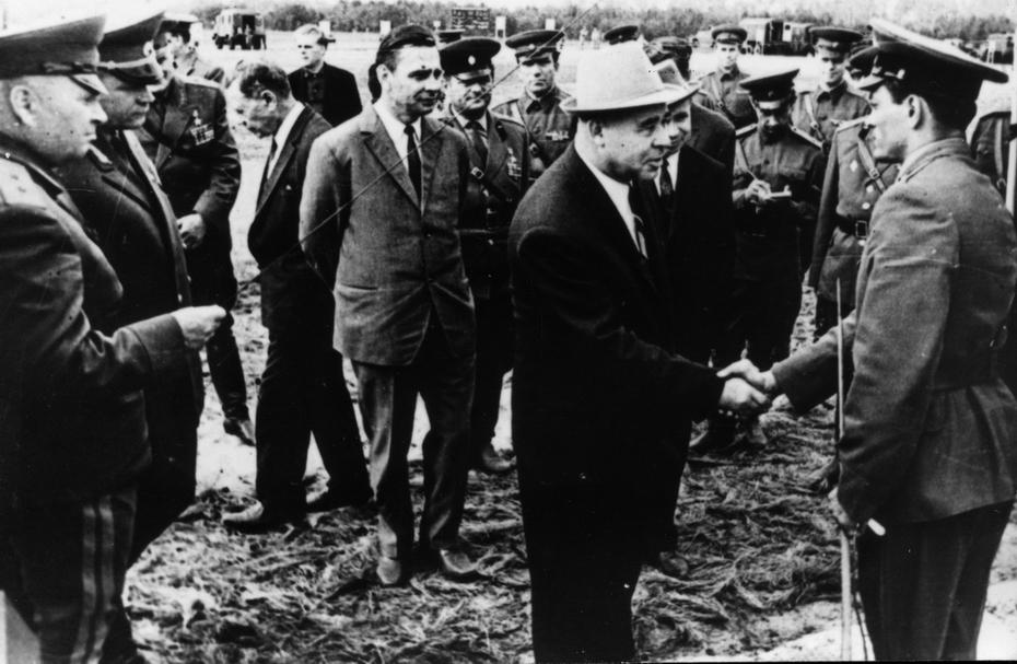 1960-е. Руководители партии и правительства Украины И.Грушецкий, и.Лутак, П.Шелест, А.Ляшко во время посещения учебного центра Киевского военного округа
