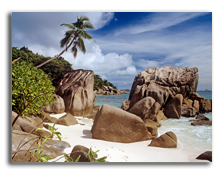 Сейшелы. О. Ла Диг. Rocks on a beach in the Seychelles. Фото IS_2 - Depositphotos