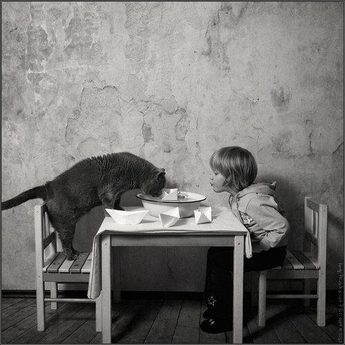 Кошка и девочка - фото день за днем