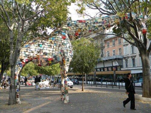 Арт-инсталляция из книг - жираф