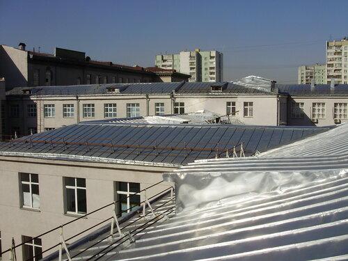 Решение вопросов обледенения карнизов крыш зданий