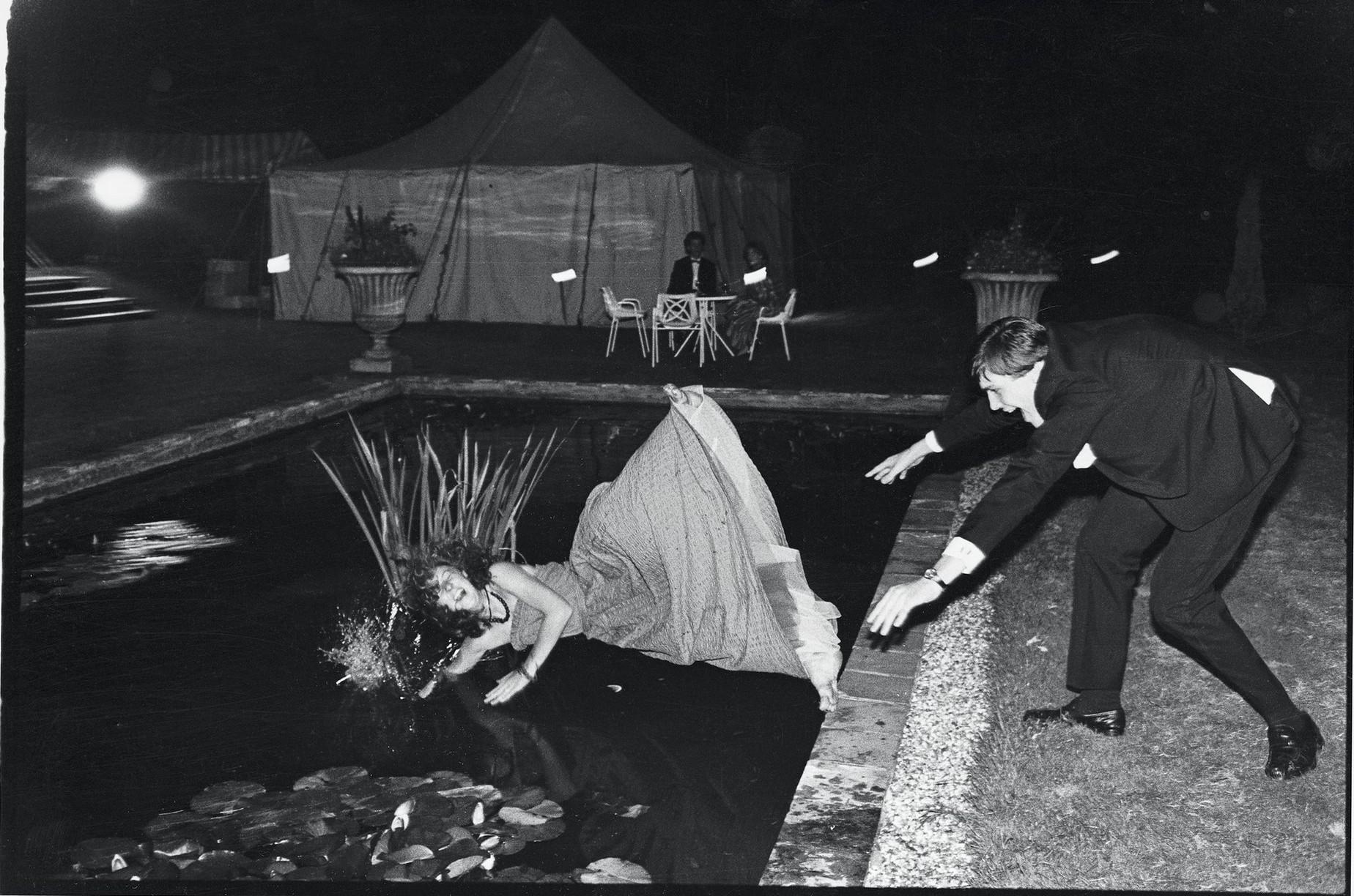 Дебютантка в пруду с лилиями. Чарльз Макдауэлл толкает Поп Винсент во время танцевального вечера Мар