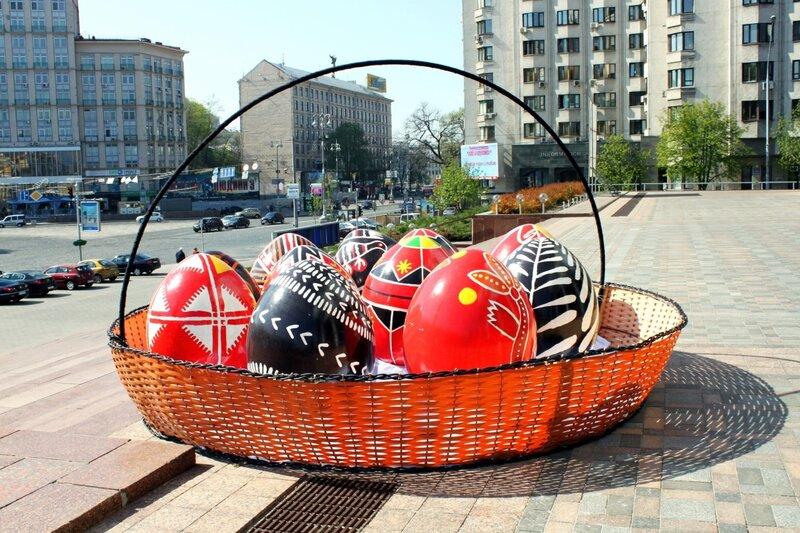 Рекордная пасхальная корзинка перед Украинским домом