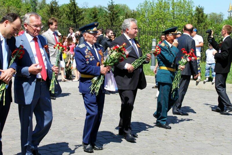 Во главе шествия Дня Победы Олег Калашников