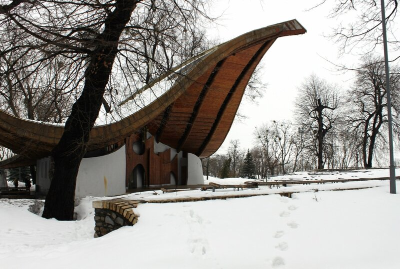 Летняя эстрада Мариинского парка под снегом