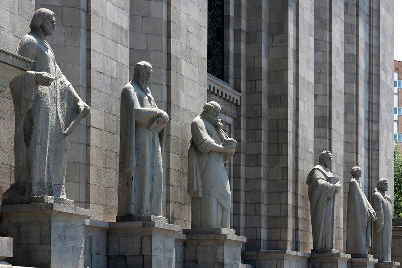 Скульптуры армянских ученых. Матенадаран, хранилище древних рукописей