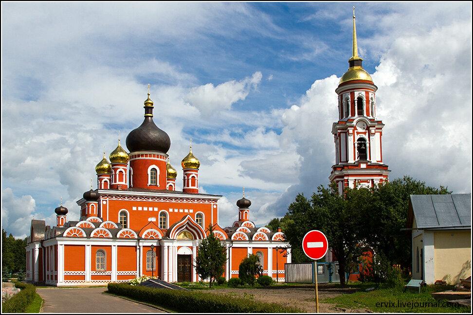 Но все же больше всего в городе очень красивых церквей самых разнообразных архитектурных стилей. Один из самых красивых соборов города - недавно отремонтированный Воскресенский, XVII века