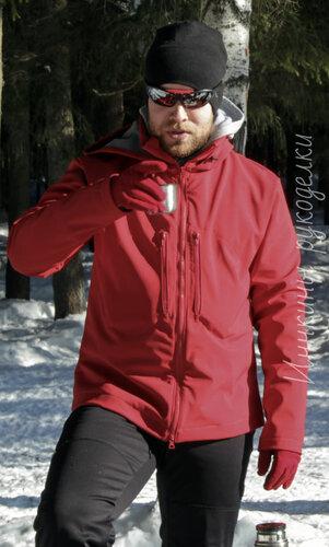 Муж в новой куртке на природе