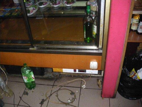 Фото 2. Неисправная витрина-холодильник. При подключении витрины к розетке внутри витрины происходит короткое замыкание.