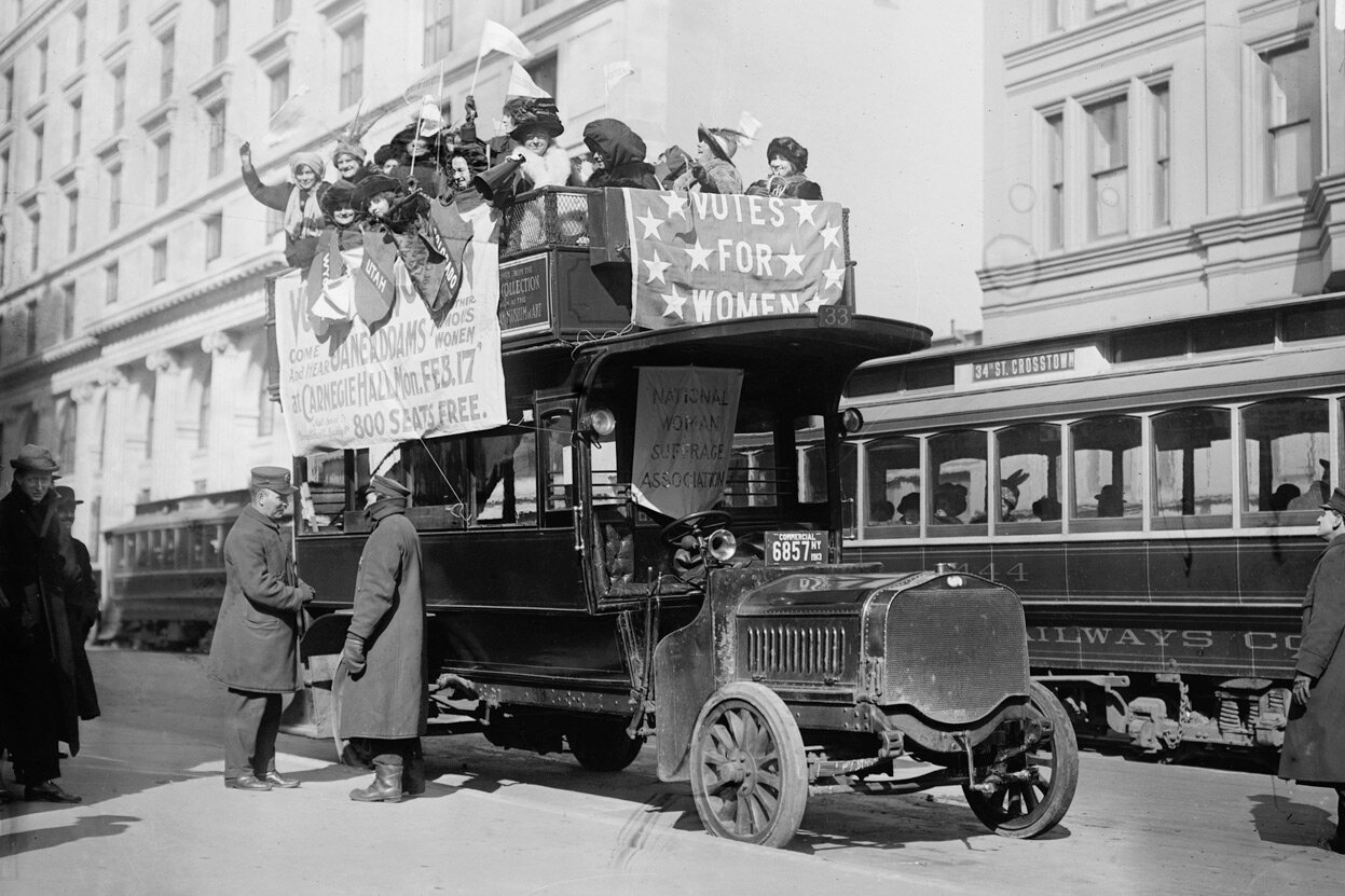 Суфражистки едут на автобусе в Нью-Йорке в рамках парада за женское избирательное право. 3 марта 1913 г.