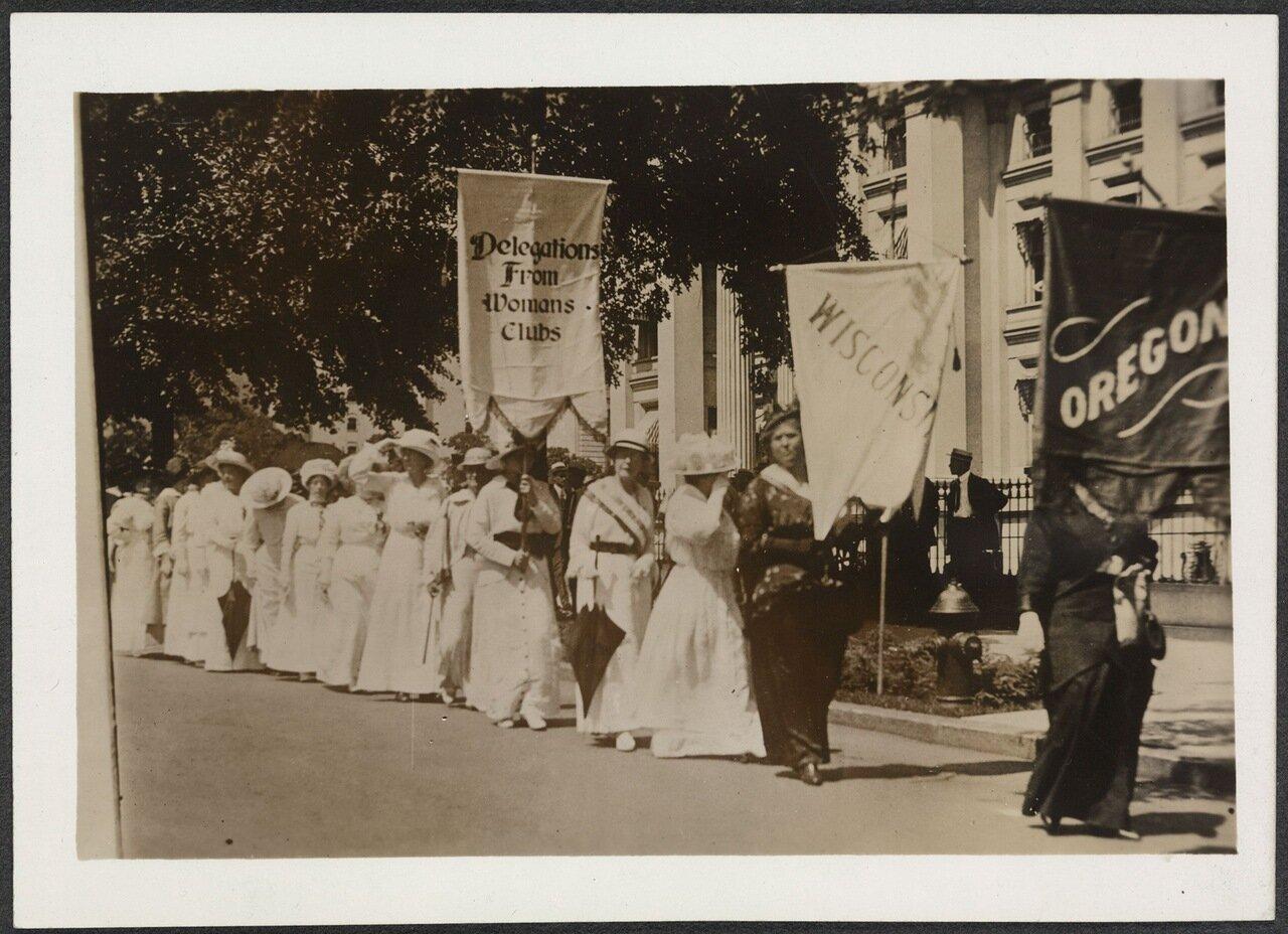 Женщины, представительницы женских клубов Орегона и Висконсина на параде суфражисток