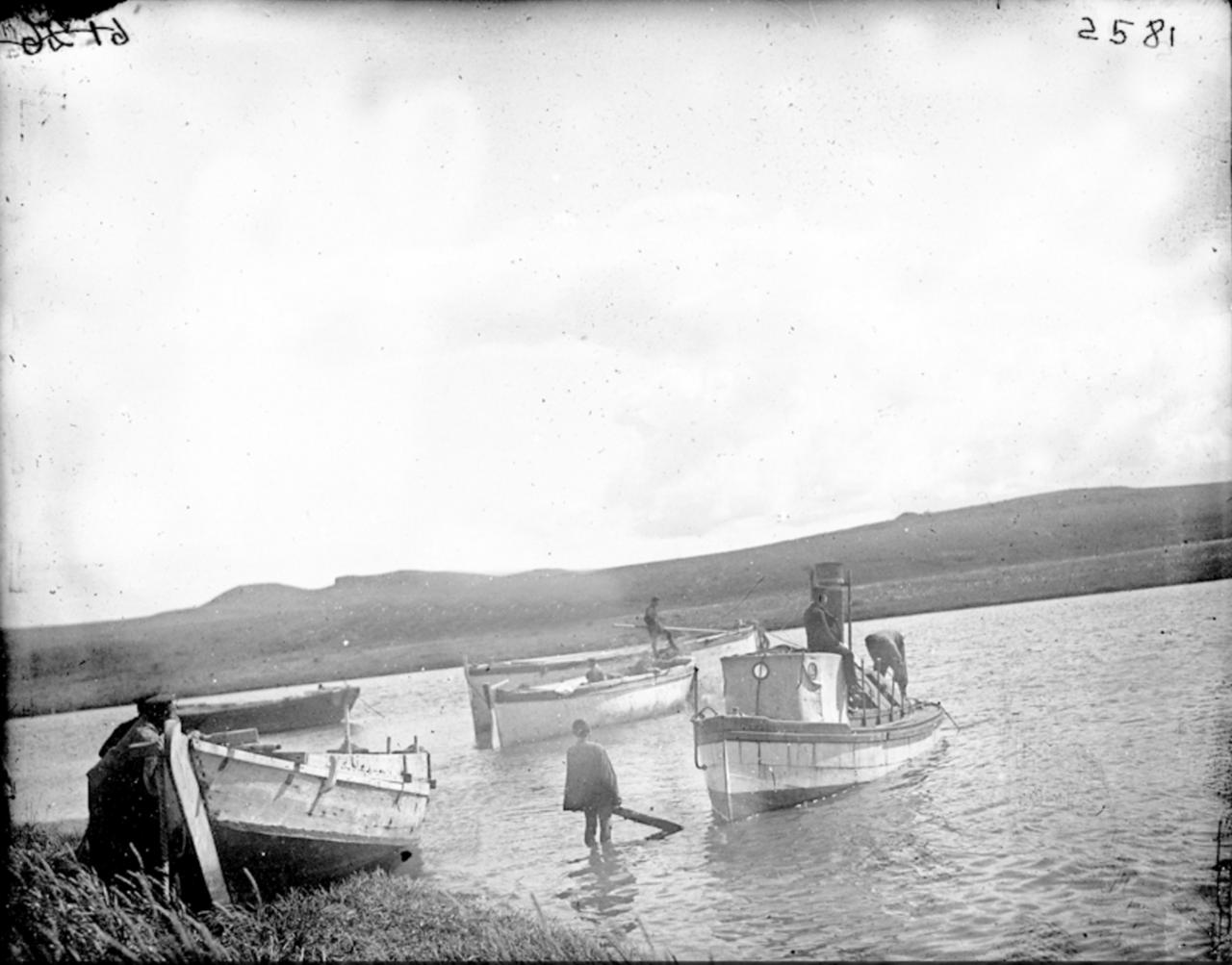 Эскимосы на лодке, Сибирь, 1901