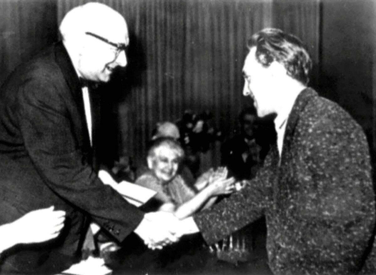 1960. В.Л.Ершов (председатель экзаменационной комиссии школы-студии МХАТ) вручает диплом Владимиру Высоцкому