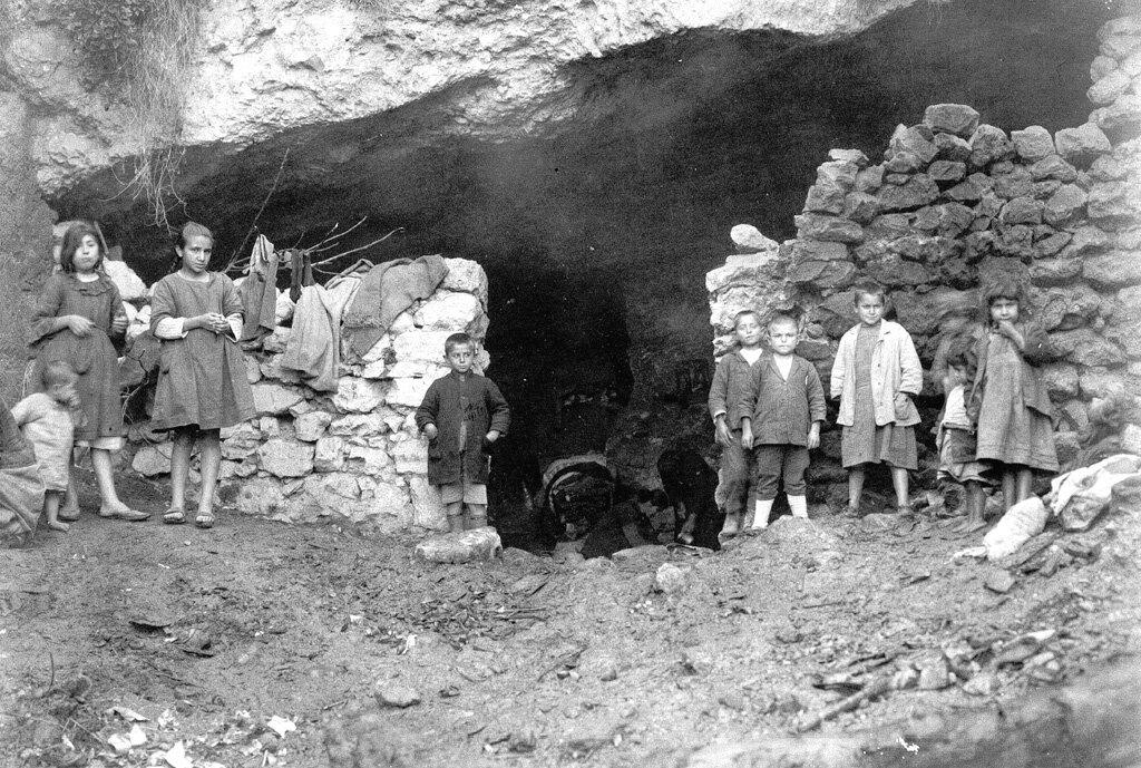 Дети, живущие в пещерах близ Бейрута