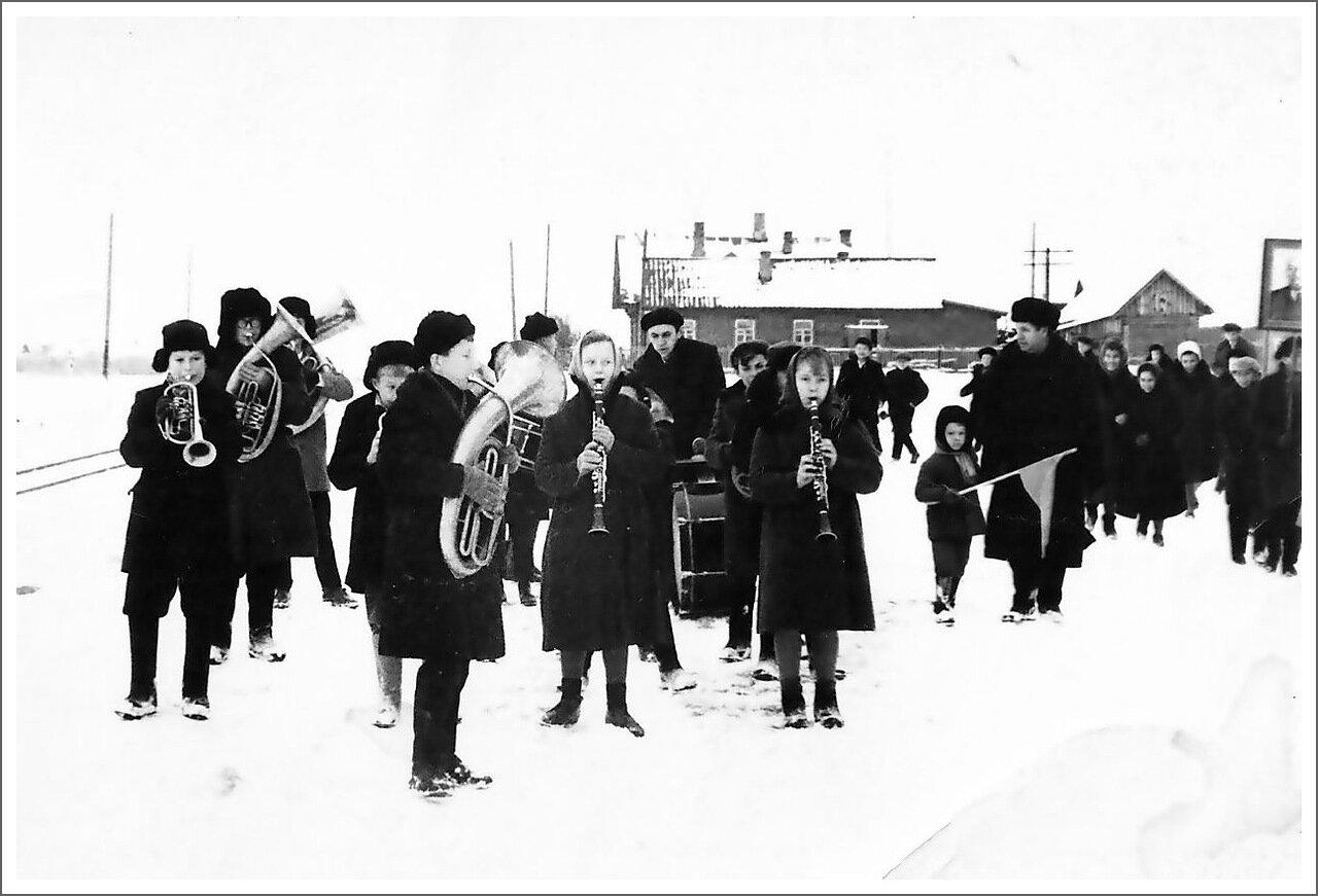 Пос. Нерль. Школа пошла на демонстрацию, 1965 г.