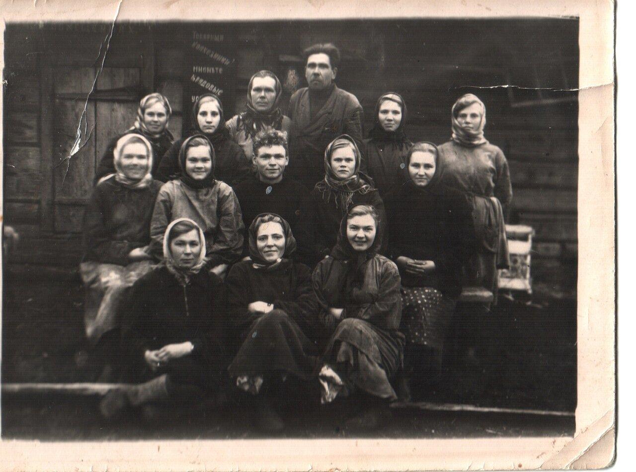Звено доярок с бухгалтером Жуковым и со звеньевым Ванюркой. 1960.