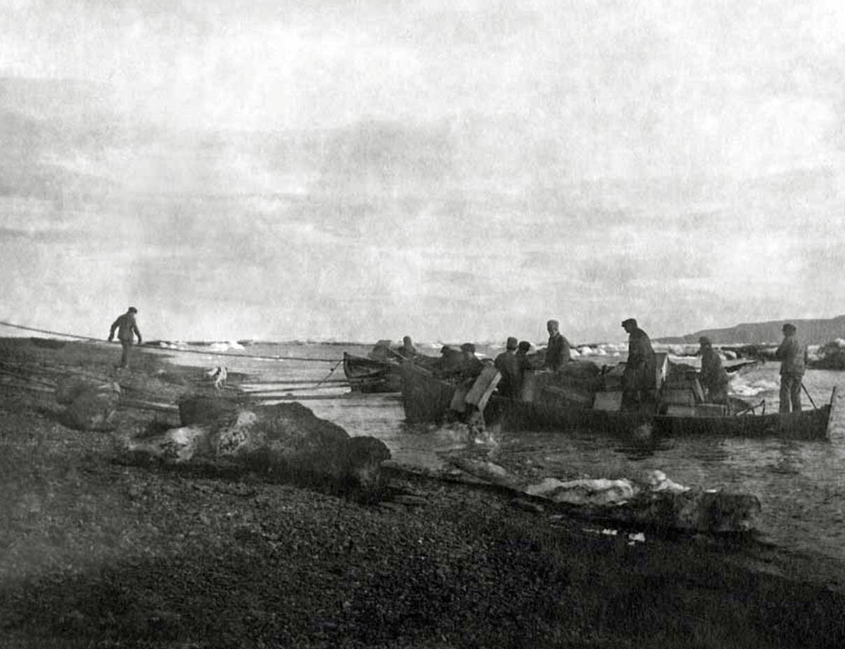 1930. Высадка исследовательской экспедиции на берег близ Индиги,