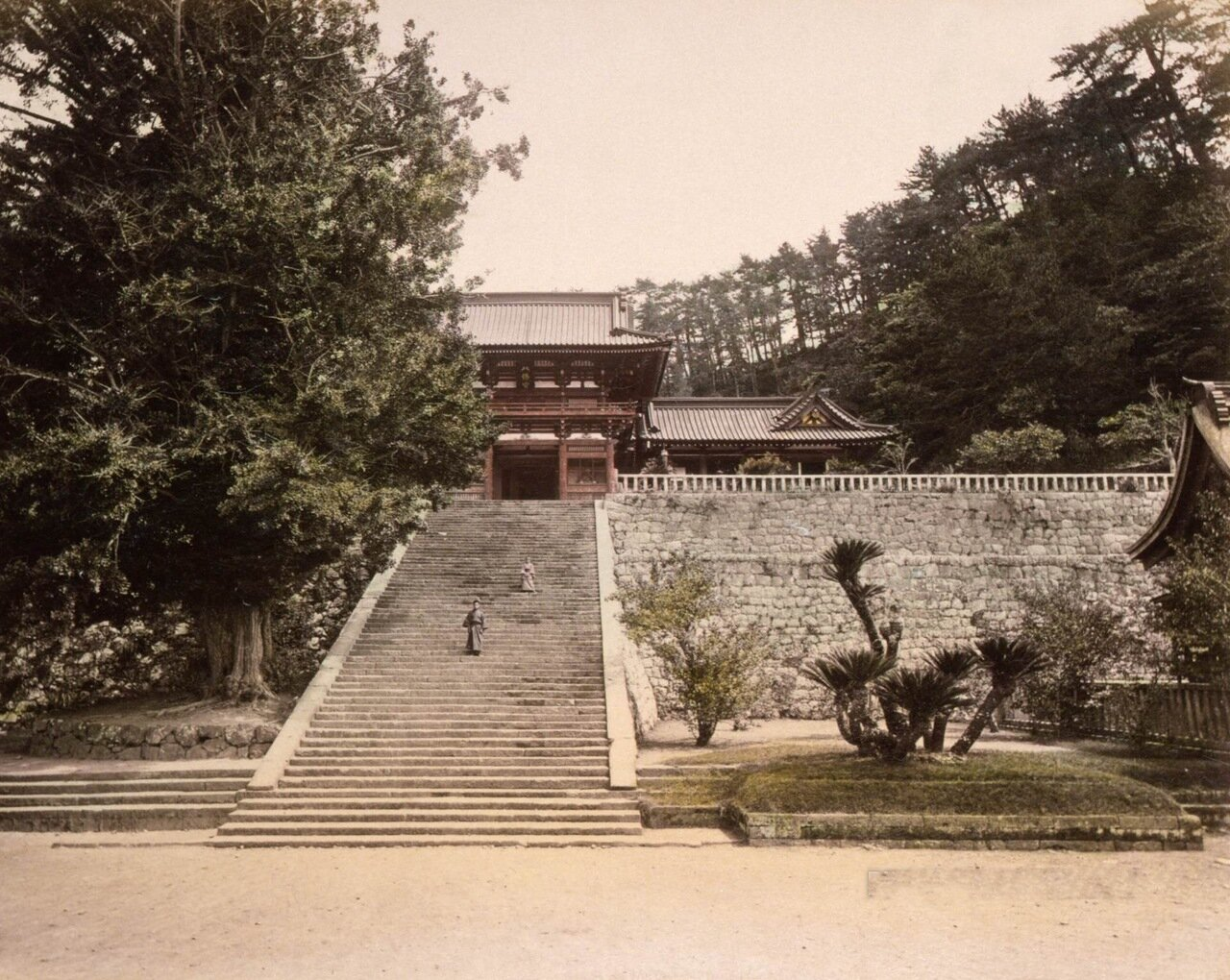 Вид каменных ступеней, ведущих в храм в Камакура. Япония. 1890 г.