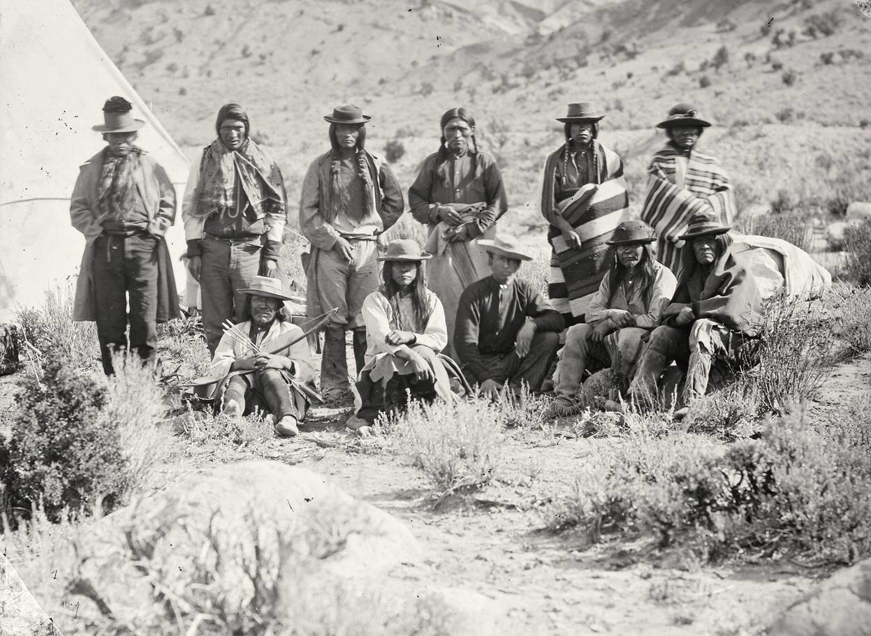 Группа индейцев у кедра, штат Юта, в 1872 году
