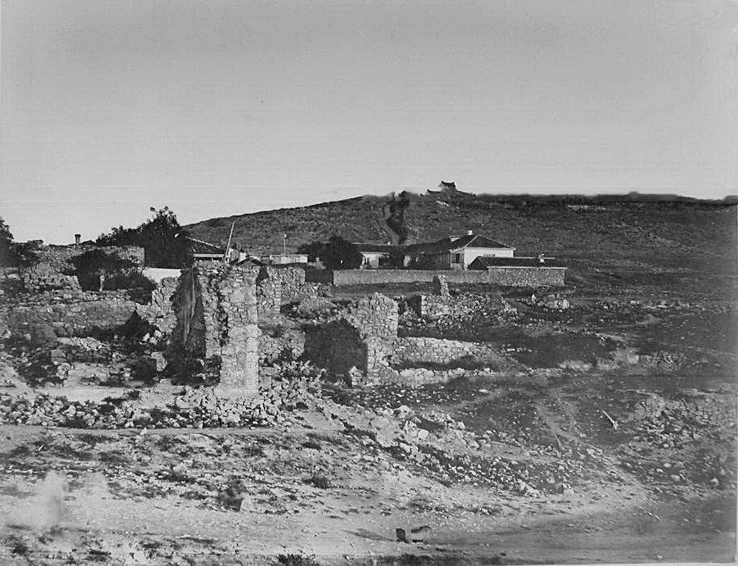 28. Севастополь. Вид разрушенных во время Крымской войны домов, на втором плане - новые жилые дома
