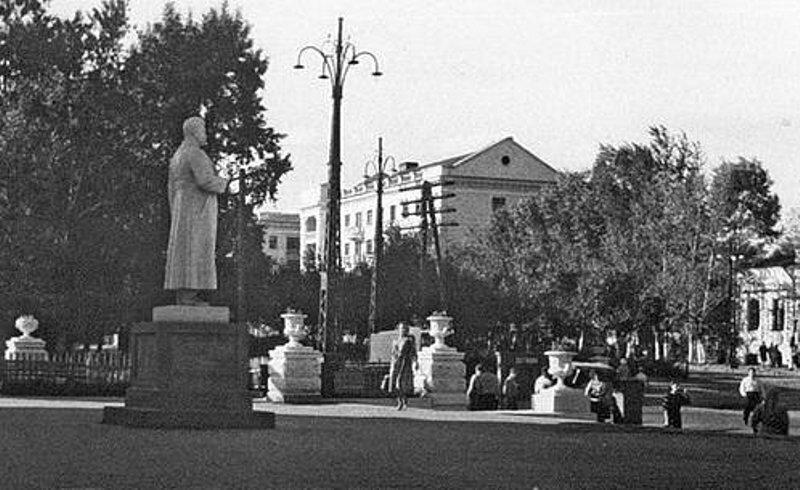 Перед входом в к-т Родина, 1951 г.