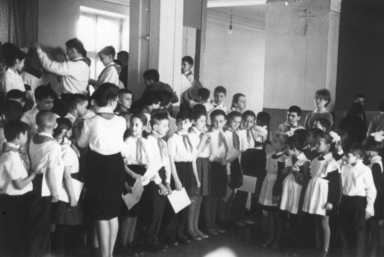 1960-ые годы. Пионеры на линейке получают табели