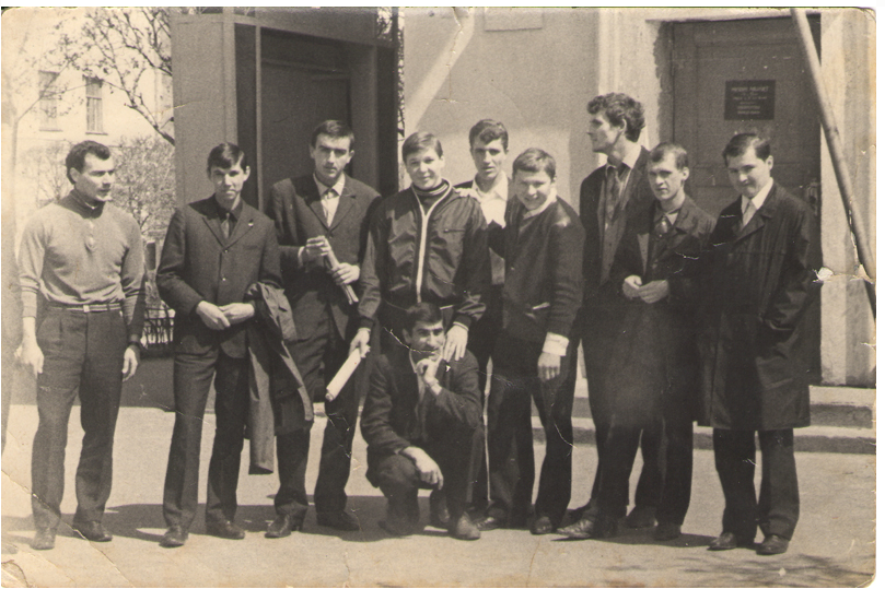 Александр Мальцев (стоит в центре 2 ряда) в один из приездов в родной город 1970 г.