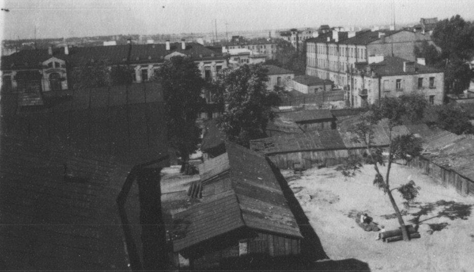 1947. Внутренний двор, окруженный дровяными сараями, в районе дома №29 на улице Ворошилова (ныне улица Ярославов Вал). Фото: Огарков В.М.