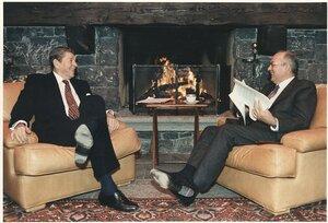 Президент США Рональд Рейган и Генеральный Секретарь ЦК КПСС (СССР) Михаил Горбачёв на их первой личной встрече. Женева, Швейцария, 19 Ноября 1985