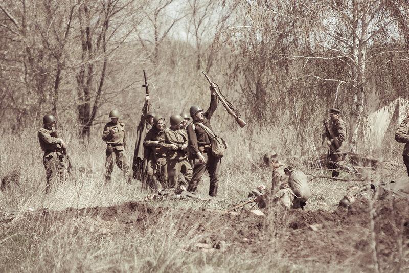 Бойцы красной армии празднуют победу