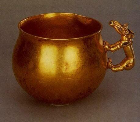Золотой сосуд с зооморфной ручкой из кургана Хохлач