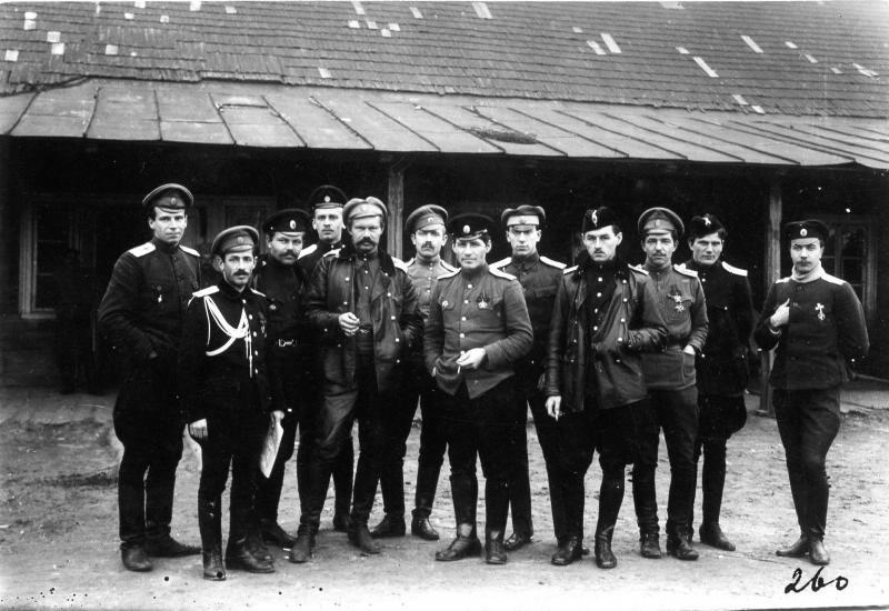 Офицеры отряда с командиром штабс-капитаном Пятосиным. 1915-1917.jpg