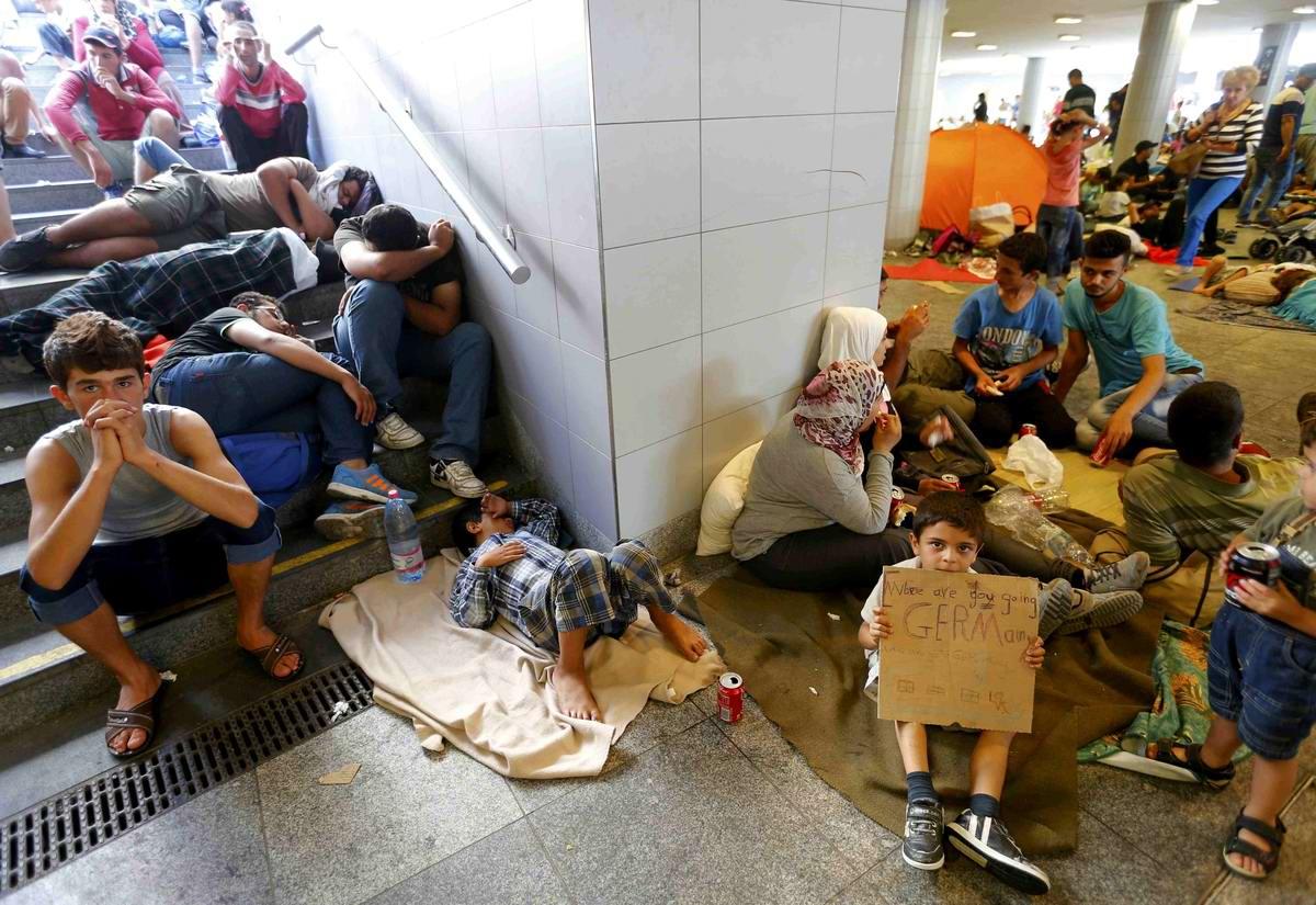 Штурм Будапешта: Мигранты с Ближнего Востока на ж/д вокзал венгерской столицы (6)