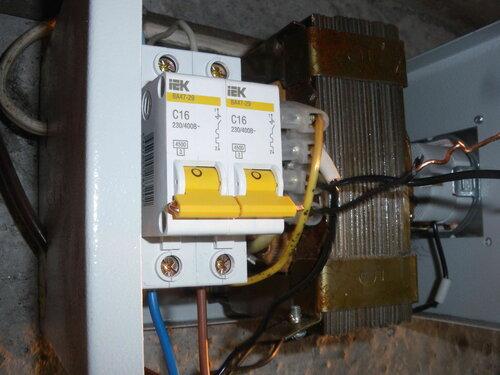 Фото 10. Соединение рычажков автоматических выключателей с помощью провода сечением 1,5 кв. мм. По краям рычажков провод аккуратно подогнут и не торчит по сторонам.