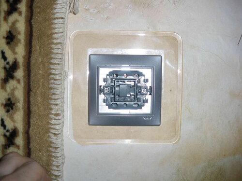 Фото 14. Новый одноклавишный выключатель установлен, не хватает лишь клавиши. Обратите внимание на прозрачный пластиковый экран, защищающий обои.