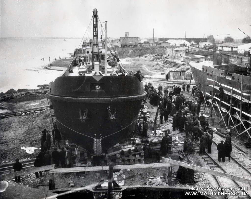Спуск первой баржи судозавода 12 октября 1951 года