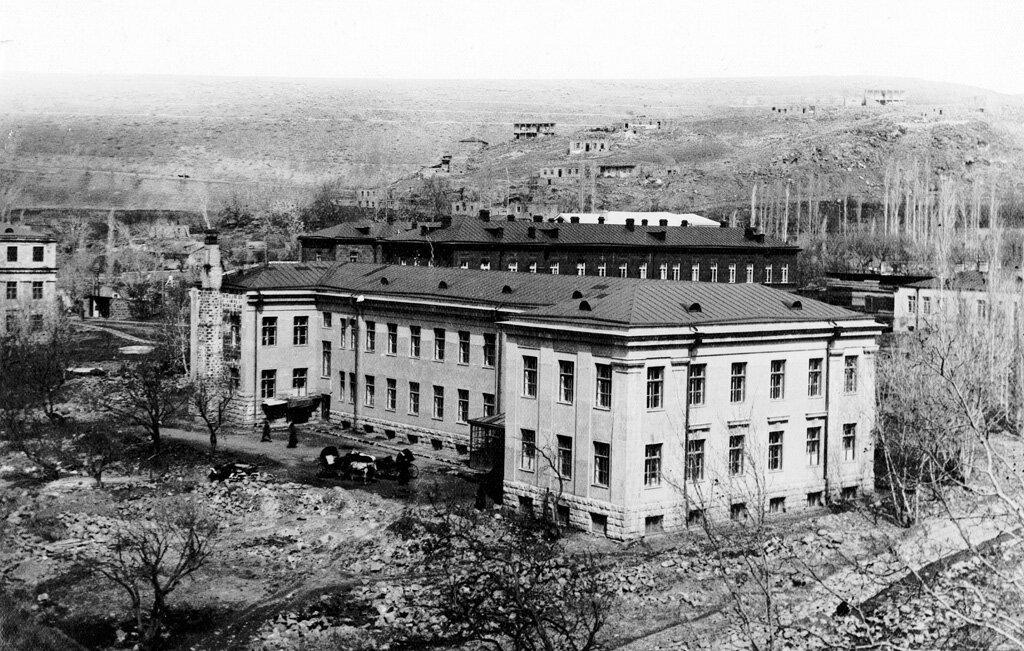 Больница в Ереване в 1930 году. Состояла из родильного отделения и школы для акушерок. Было построено под руководством Александра Таманяна
