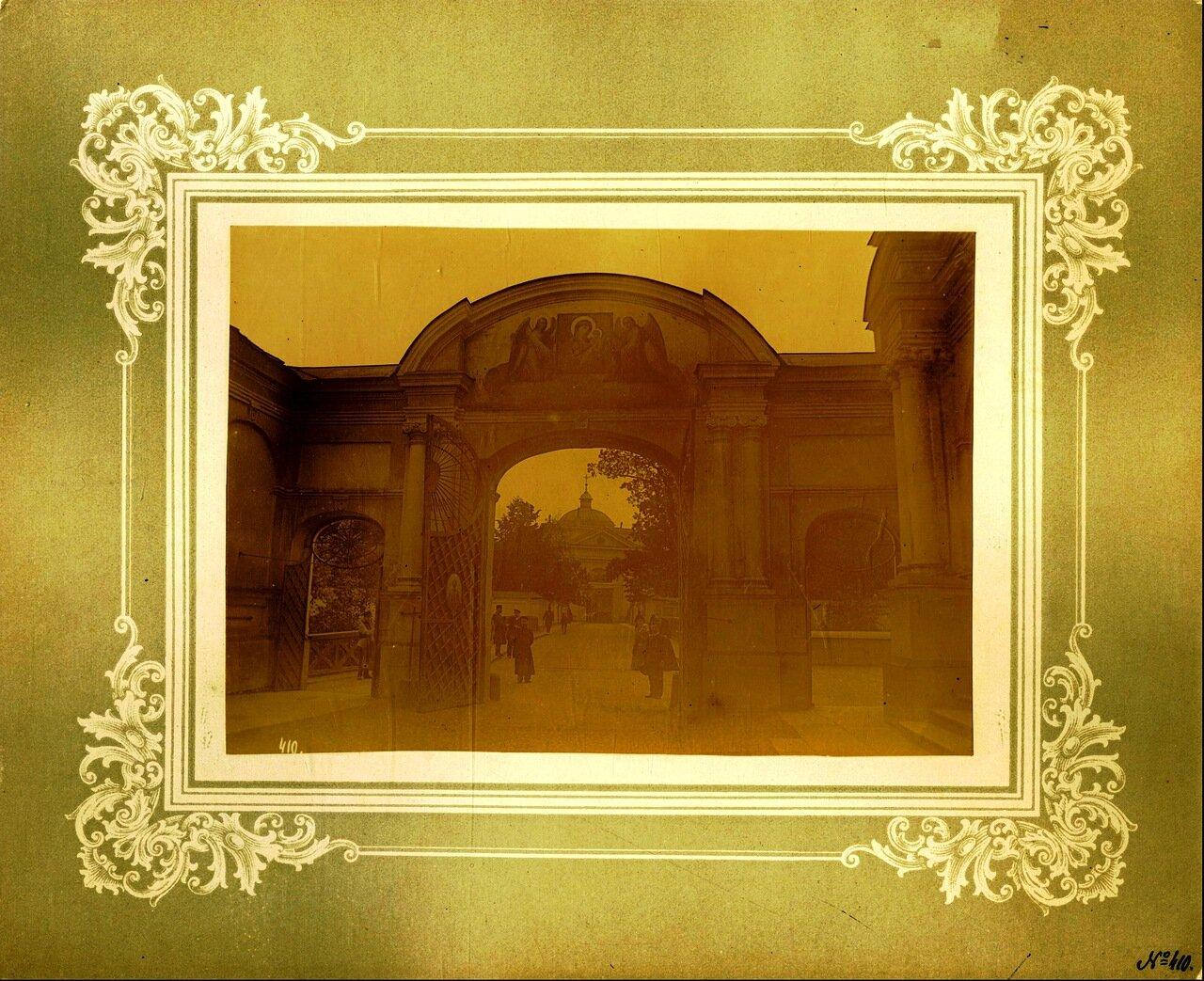 Въездные ворота (со стороны Лаврского двора), а вдали Святые врата. 1894