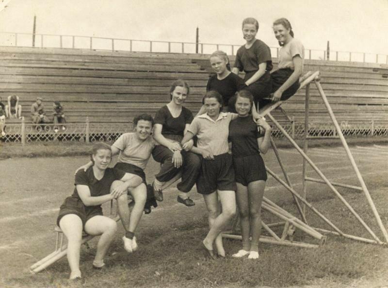 1953. Москва. Студентки группы Р-25 МИТХТ на занятиях по физкультуре