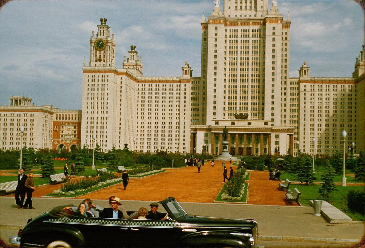 ЗиС-110Б на фоне Московского Государственного Университета