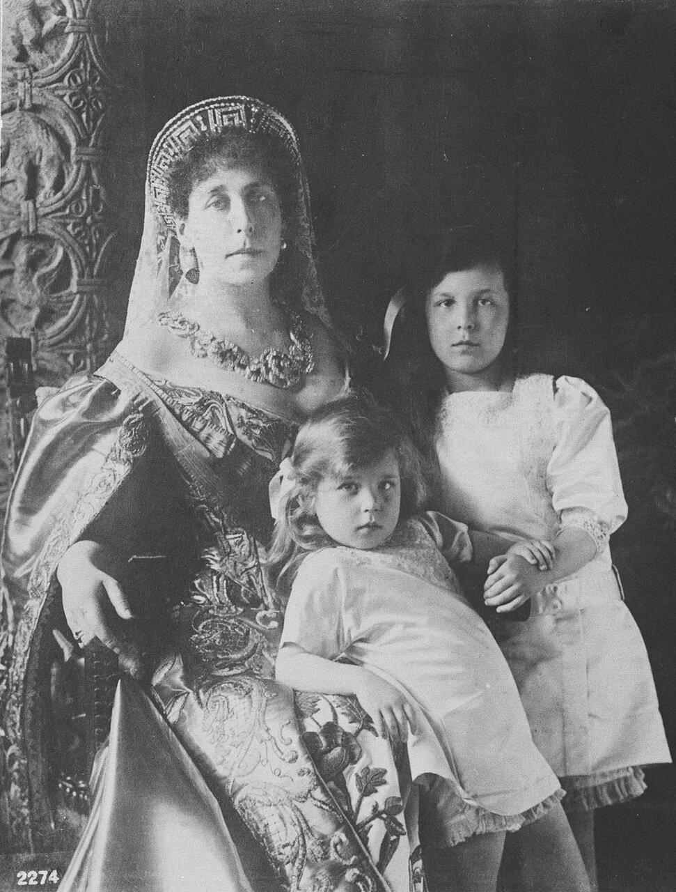 Великая княгиня Виктория Федоровна, супруга великого князя Кирилла Владимировича с дочерьми Марией и Кирой. 1913 г.
