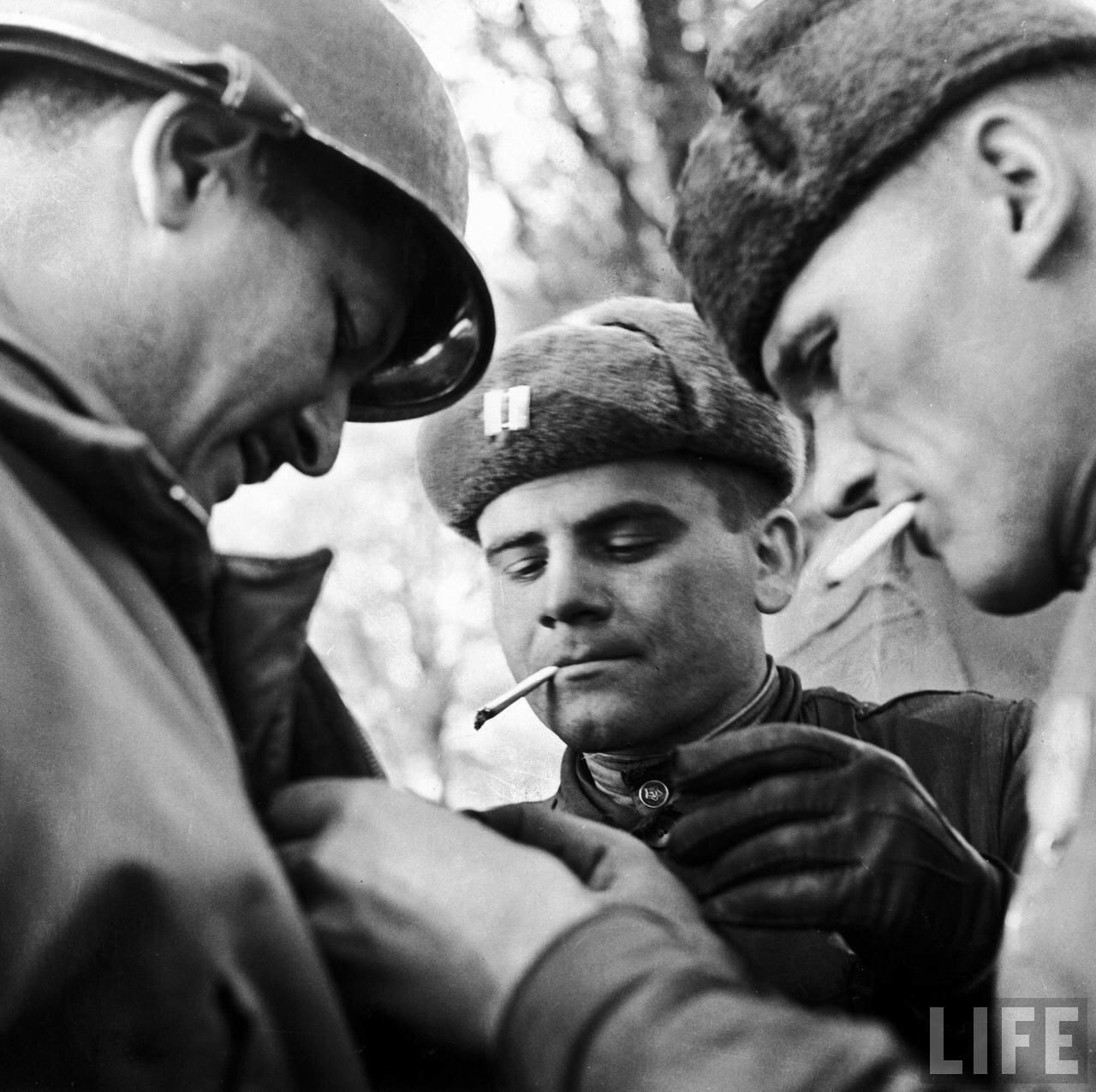 Русские солдаты и американский капитан обмениваются армейскими знаками различия